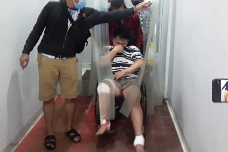 Agus Saputra (24) pelaku pembunuhan terhadap perempuan inisial YL (25) saat dibawa ke rumah sakit Bhayangkara Palembang usai ditangkap polisi, Minggu (17/01/2021).