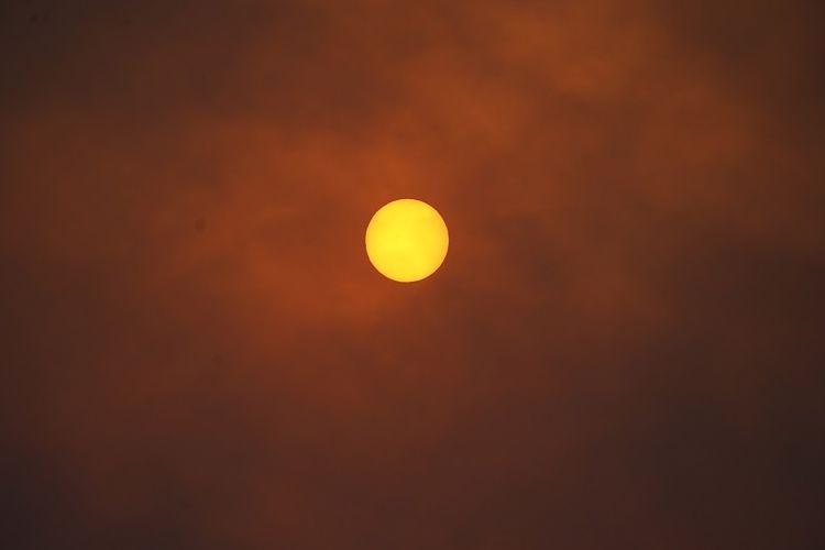 Matahari tertutup asap di sepanjang jalan tol 7 saat beberapa kebakaran hutan terjadi di negara bagian Colorado pada Rabu, 21 Oktober 2020, di Lyons, Colorado, Amerika Serikat.