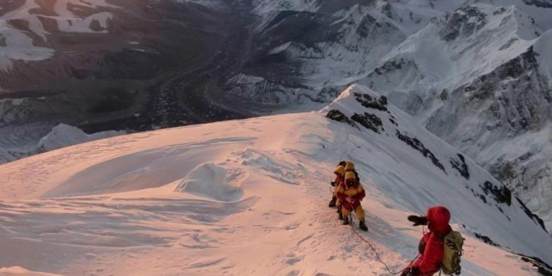 Pendaki dalam perjalanan menuju puncak Gunung Everest di Khumbu, Nepal, 18 Mei 2013.