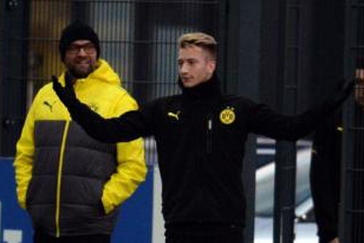 Pelatih Borussia Dortmund, Juergen Klopp (kiri), dan pemain Marco Reus (tengah).