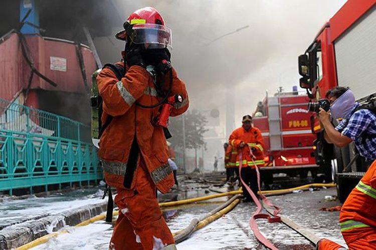 Pemadam kebakaran berusaha memadamkan api di Pasar Senen, Jakarta Pusat, Kamis (19/1/2017). Kebakaran yang terjadi sejak pukul 04.30 WIB itu diduga karena korsleting listrik di lantai satu Blok III dan dalam penanganan petugas yang mengerahkan sedikitnya 50 unit mobil pemadam kebakaran.