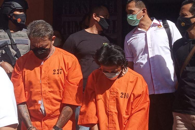 Dua pelaku yang sering memalak pedagang di Pasar Satria, Kota Denpasar saat di Polda Bali, Selasa (6/7/2021)