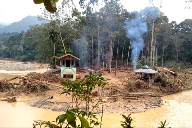 Kondisi air Sungai Landak di Desa Sampe Raya, Kecamatan Bahorok, Langkat pada Jumat (20/11/2020) siang masih terlihat keruh dan berlumpur. Tim Smart Patrol BBTNGL menemukan ada 3 titik longsoran besar di luar kawasan TNGL.