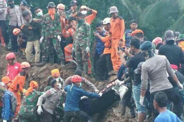 Tim SAR gabungan tengah mengevakuasi jenazah dari timbunan longsor di Dusun Pattiro, Desa Pattallikang, Kecamatan Manuju, Kabupaten Gowa Sulawesi Selatan. Rabu, (30/1/2019).