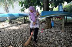Sambil Arisan, Ibu-ibu di Buton Bersihkan Pantai dari Sampah