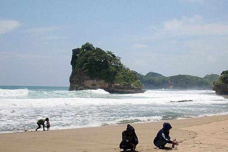 Cuaca Ekstrim Wisatawan Pantai Selatan Malang Diminta Waspada