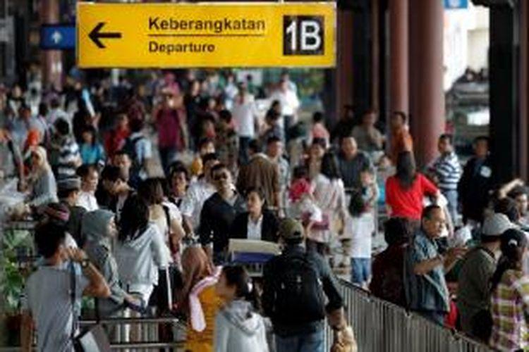 Calon penumpang memadati pintu keberangkatan Terminal 1 B Bandara Soekarno Hatta, Tangerang, Banten.