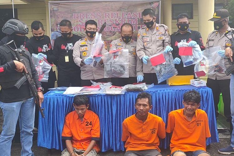 Kapolres Ogan Ilir AKBP Yusantiyo Sandy menunjukkan ketiga tersangka pembunuhan pedagang kambing kepada wartawan dalam jumpa pers di Mapolres Ogan Ilir hari ini.