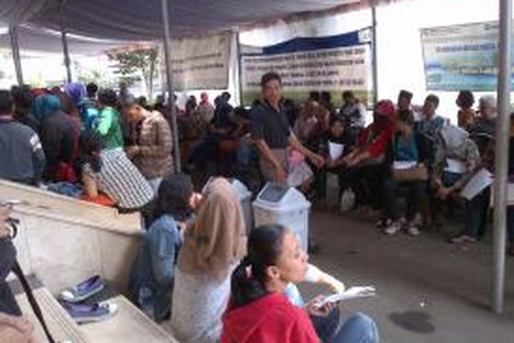 Ilustrasi: Ratusan warga antre untuk mendaftar Badan Penyelenggara Jaminan Sosial (BPJS) di kantor cabang Jakarta Selatan, Jalan Raya Pasar Minggu, Pancoran, Jakarta.
