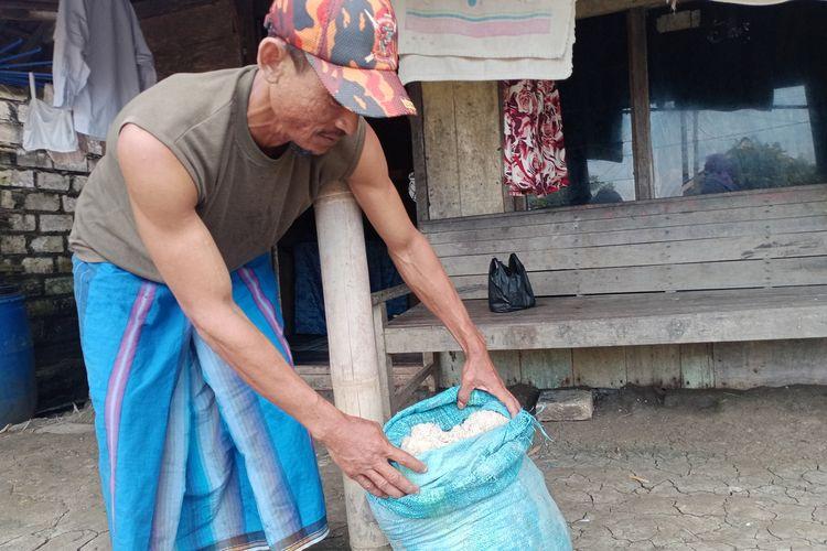 Hartono salah satu buruh angkut garam menunjukan stok garam yang tersimpan dirumahnya Desa Berahan Kecamatan Wedung Kabupaten Demak Jawa Tengah Senin (15/3/2021)