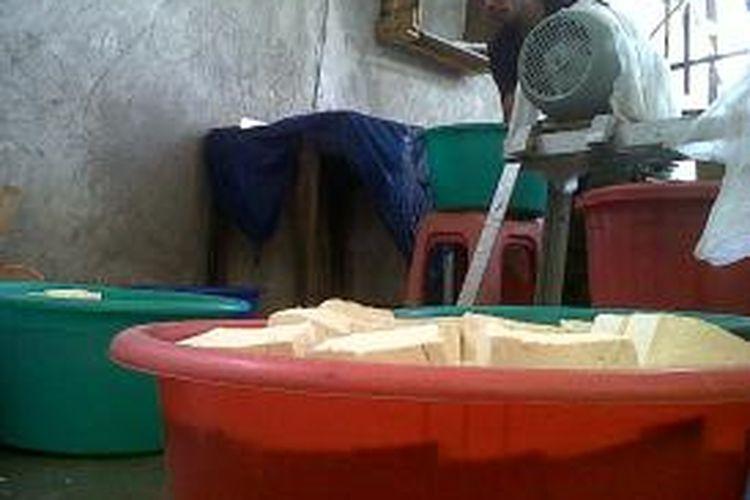 Salah satu aktivitas pembuatan tahu disalah satu pabrik di Kabupaten Bone, Sulawesi Selatan yang terancam gulung tikar akibat semakin mahalnya harga kedelai. Selasa, (27/08/2013).