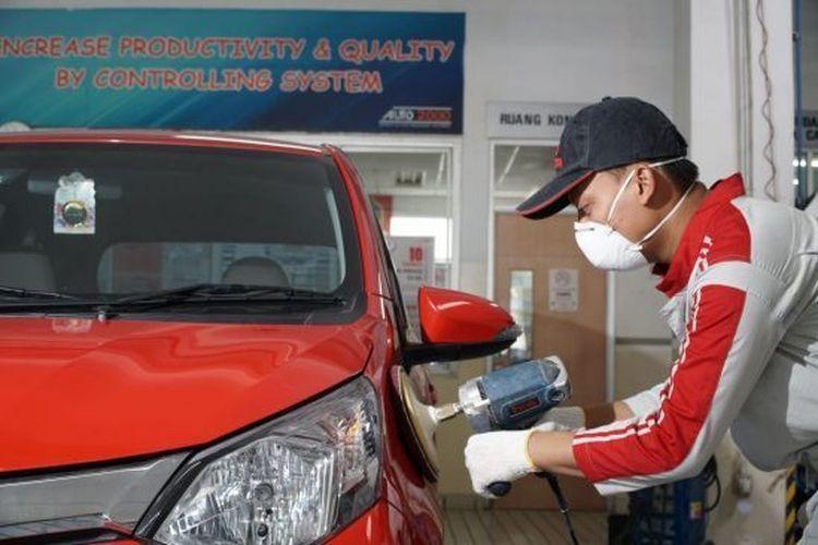 Teknisi Body&Paint Auto2000 melakukan perawatan body mobil