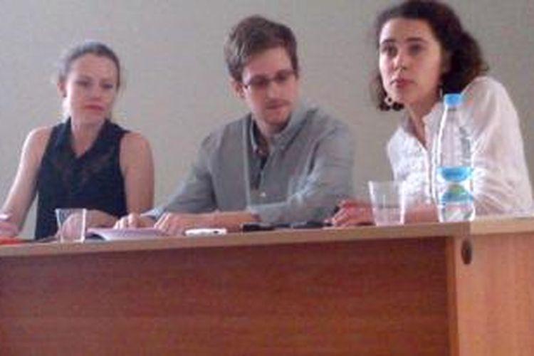 Edward Snowden didampingi Sarah Harrison dari Wikileaks (kiri) saat bertemu dengan sejumlah aktivis HAM di Bandara Sheremetyevo, Rusia.