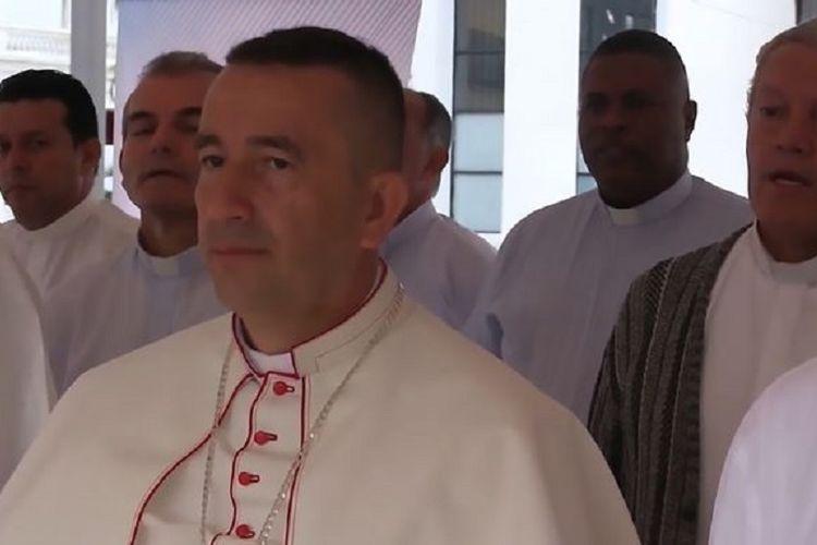 Monsignor Ruben Darion Jaramillo Montoya, uskup kota Buenaventura di Kolombia yang berniat menjatuhkan air suci pakai helikopter untuk mengusir setan.