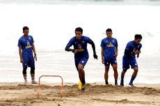 Fisik Pemain Arema FC Kembali Ditempa di Pantai Berpasir