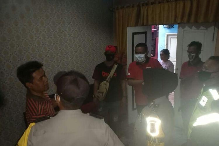 Polisi mendatangi rumah seorang ibu rumah tangga yang dibakar adik kandungnya sendiri di daerah Solokpandan Cianjur, Jawa Barat. (Istimewa)