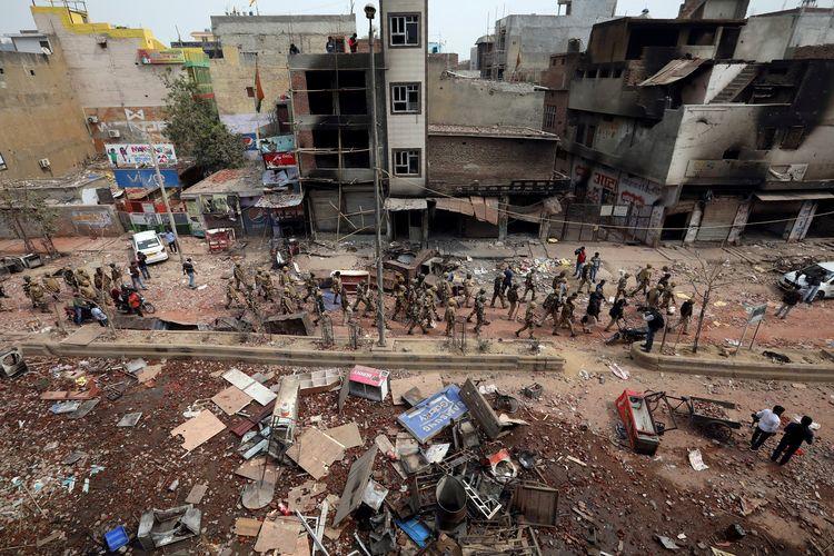 Polisi berpatroli di area terdampak kerusuhan pro-kontra UU Kewarganegaraan India, Rabu (27/2/2020).