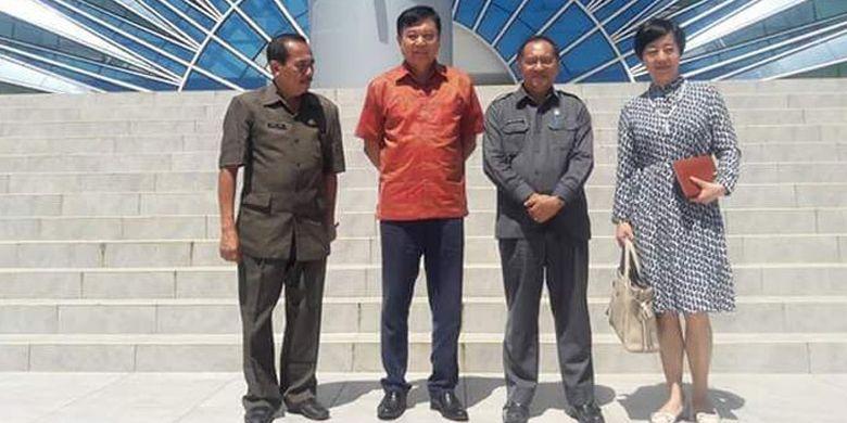Konsulat Jenderal (Konjen) China di Denpasar, Gou Haodong (kedua dari kiri) bersama Kadispar NTT Marius Ardu Jelamu (kedua dari kanan), di Kupang, Selasa (24/4/2018).
