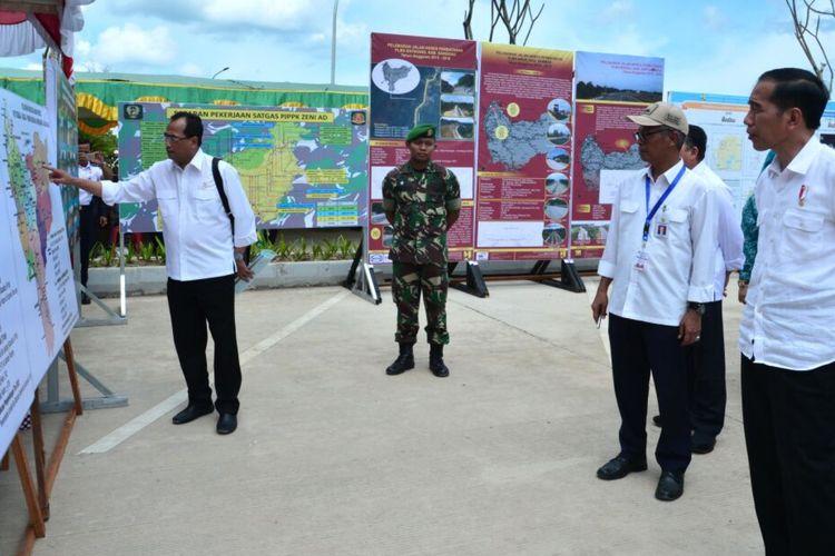 Menteri Perhubungan Budi Karya Sumadi sedang menjelaskan rute transportasi darat perbatasan RI-Malaysia ke Presiden Joko Widodo.