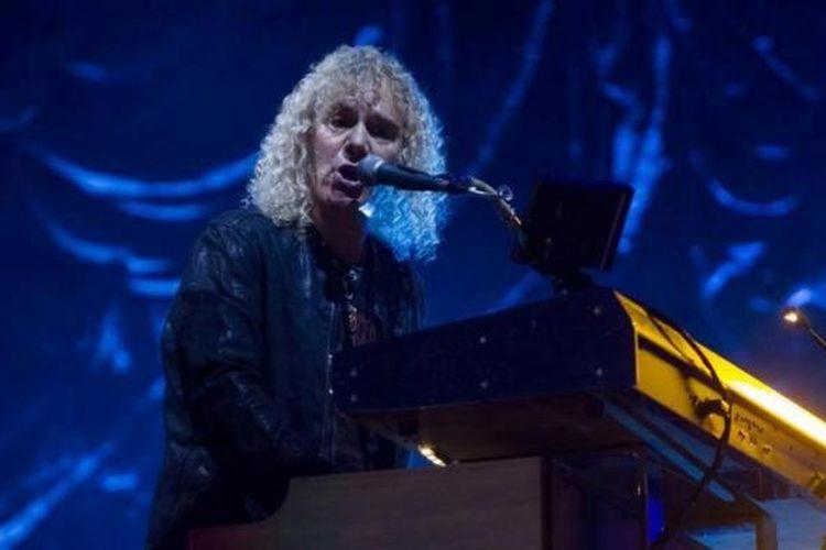 David Bryan, pemain keyboard grup band rock asal New Jersey, Amerika Serikat Bon Jovi, menghibur penggemarnya pada Konser Bon Jovi Live di Stadion Gelora Bung Karno, Jakarta, Jumat (11/9/2015).