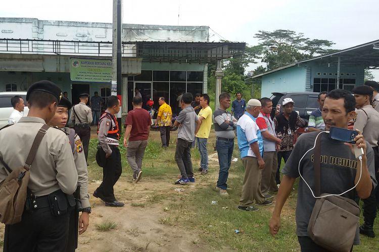 Anggota Pengutus Koperasi Bintang Kejora berkumpul sekitar 100 meter dari Bandara Depati Amir Pangkal Pinang.