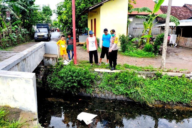 Lokasi penemuan mayat bayi laki-laki di Sungai Gayaman, Kabupaten Mojokerto, Jawa Timur, Senin (7/12/2020).