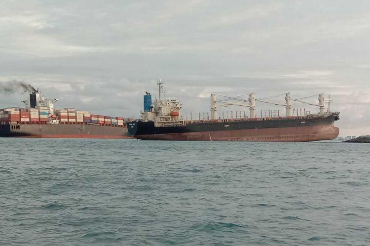 Dua kapal kargo Shahraz dan MV Samudra Sakti 1 yang melintasi perairan Batu Berhenti Sambu, Batam, Kepulauan Riau (Kepri) mengalami kandas. Belum dikerahui apa penyebabnya, namun informasi yang didapat kejadian ini terjadi sekitar pukul 02.32 WIB, Senin (11/5/2020) dini hari tadi.