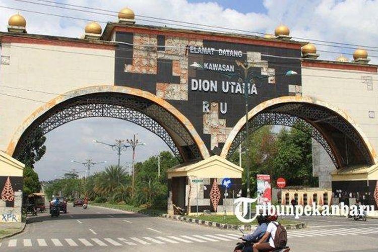 Gapura Stadion Utama Riau yang sudah rusak akibat tak terawat.