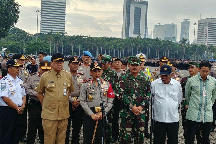 Kapolri Jenderal Tito Karnavian dan Panglima TNI Marsekal Hadi Tjahjanto usai memimpin operasi gelar pasukan Lilin 2017 di Monas, Jakarta, Kamis (21/12/2017).