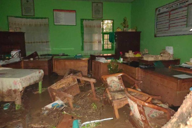 Material lumpur merendam ruangan MTsN Batu Kambing Kecamatan Ampek Nagari Kabupaten Agam
