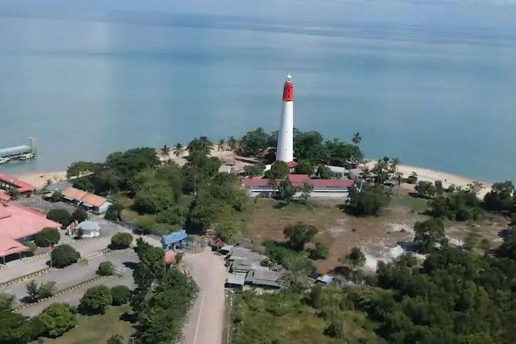 Menara Tanjung Kalian yang menjadi salah satu ikon Kota Mentok di Bangka Barat, Kepulauan Bangka Belitung.