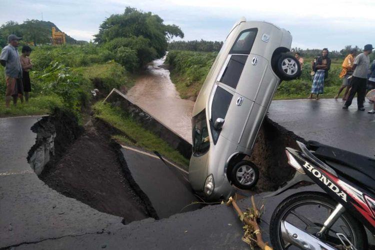 Kondisi saat mobil jatih akibat jembatan Putus
