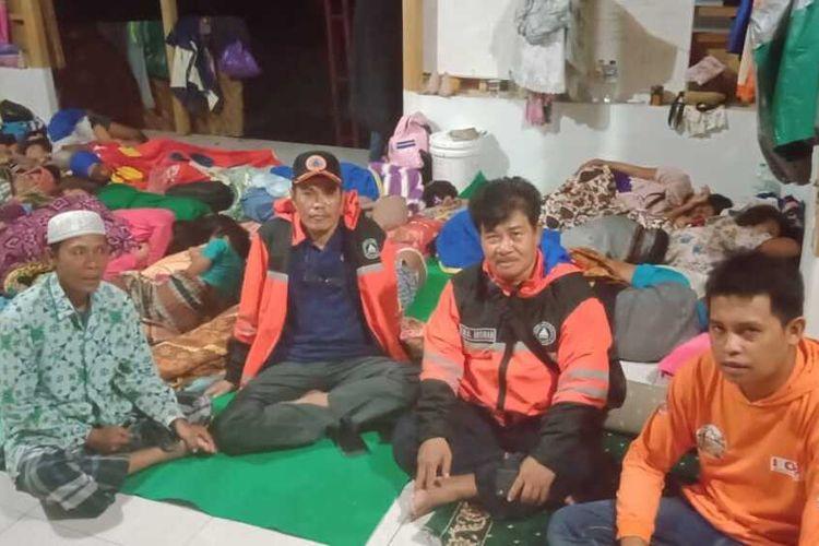 Kondisi korban banjir saat mengungsi di Musholla