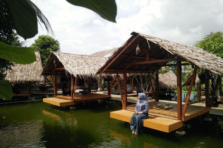 Wisatawan santai di Pemandian Lhok Sijuek, Aceh Besar, Selasa (21/2/2020)