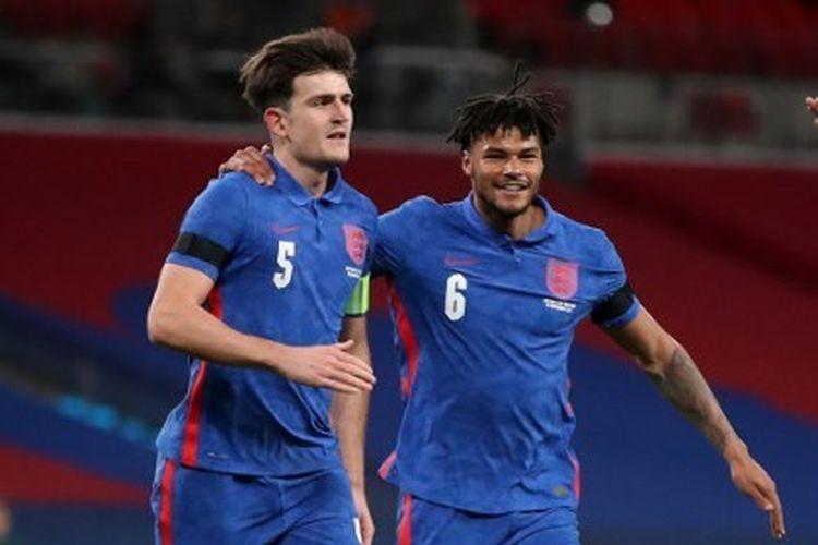 Harry Maguire, Tyrone Mings, dan Jadon Sancho merayakan gol dalam laga Inggris vs Irlandia. Timnas Inggris berhasil menang 3-0 atas Irlandia pada laga yang digelar di Stadion Wembley, London, Jumat (13/11/2020) dini hari WIB.