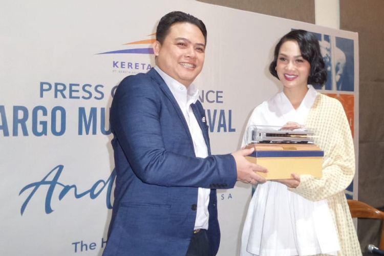 Andien Aisyah menerima cendera mata dari Wakil Kepala Pemasaran Angkutan Penumpang PT KAI Agus Dwinanyo Budiadji, di The Hook, Senopati, Jakarta Selatan, Selasa (3/7/2018). Andien akan menjadi penampil dalam pertunjukan musik Argo Muria Festival yang digagas oleh PT KAI.