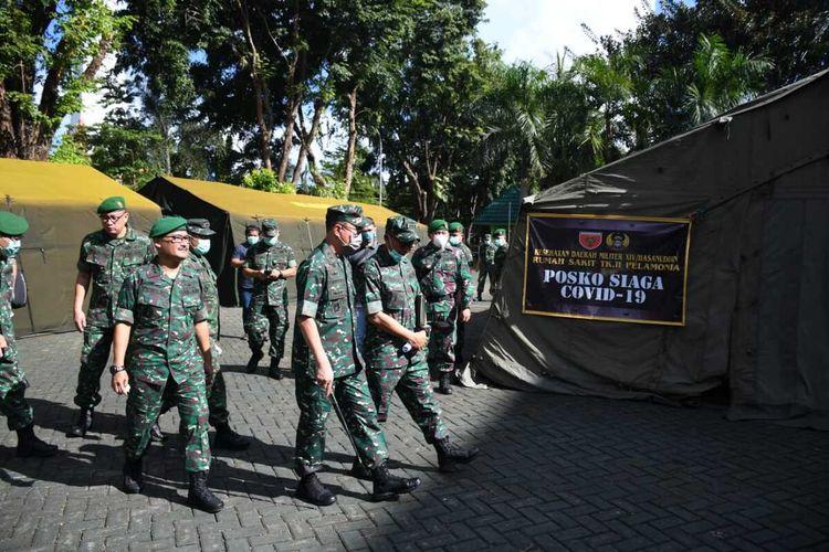 Pangdam XIV Hasanuddin Mayjen Andi Sumagerukka bersama jajarannya saat mengecek tenda darurat untuk pasien Covid-19 diC RS TK II Pelamonia Makassar, Senin (23/3/2020).
