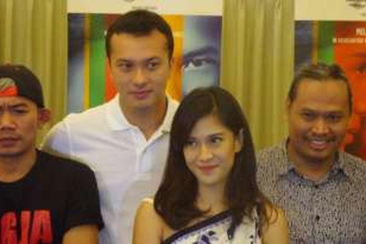 Dian Sastro dan Nicholas Saputra (mengenakan polo shirt putih) diabadikan usai konferensi pers film AADC? 2 di Greenhost Boutique Hotel, Yogyakarta, Jumat (22/4/2016).