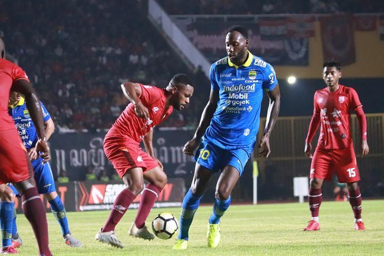 Pemani Persib Bandung, Geoffrey Castillion beraksi di laga Persis Solo vs Persib Bandung di Stadion Manahan, Sabtu (15/2/2020)