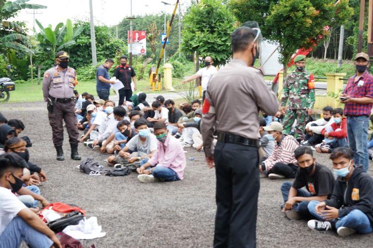 Foto: Sejumlah pelajar dan remaja diberikan pengarahan oleh Polisi di halaman Polsek Bangun, Kabupaten Simalungun, Senin (12/10/2020) Dok: Polsek Bangun