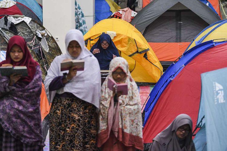 Jemaah melaksanakan shalat malam dan membaca Al Quran saat beriktikaf di Masjid Raya Habiburahman, Bandung, Jawa Barat, Selasa (26/5/2019) dini hari. Iktikaf 10 hari terakhir bulan Ramadhan merupakan ibadah dalam rangka meraih malam kemuliaan atau Lailatul Qadar.