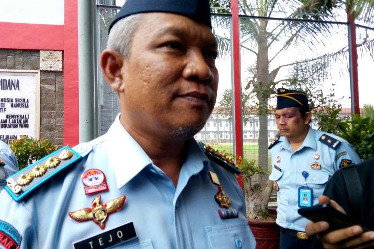 Kalapas Sukamiskin, Tejo Herwanto tengah menjelaskan soal kamar lapas Setya Novanto Lebih Besar dibanding kamar tahanan lainnya di Lapas Sukamiskin, Kota Bandung, Jawa Barat, Senin (17/9/2018).