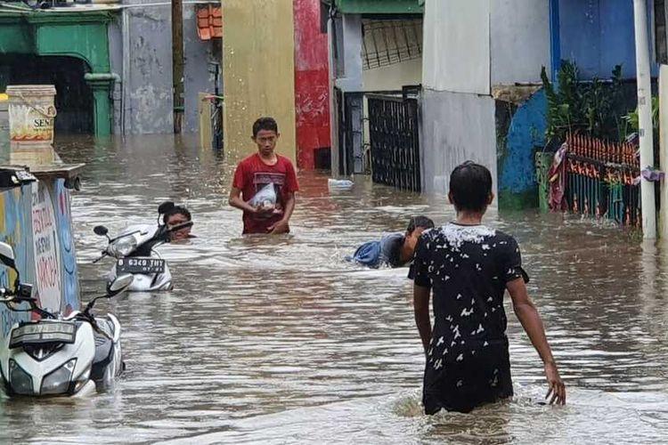 Banjir setinggi 1,5 meter menggenangi sejumlah RT di Kampung Makasar, Jakarta Timur, Rabu (1/1/2020)