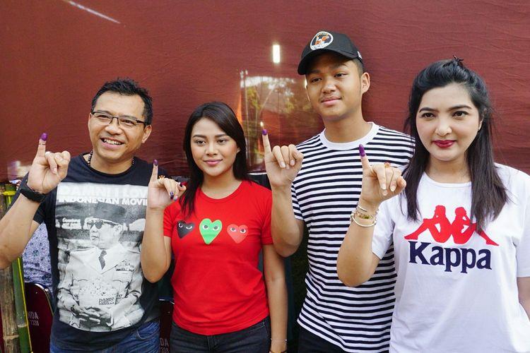 Musisi Anang Hermansyah bersama sang istri, Ashanty dan kedua anaknya, Aurel Hermansyah dan Azriel Hermansyah usai melakukan pemungutan suara di TPS 89 di kawasan Cinere Mas, Cinere, Depok, Jawa Barat, Rabu (17/4/2019).