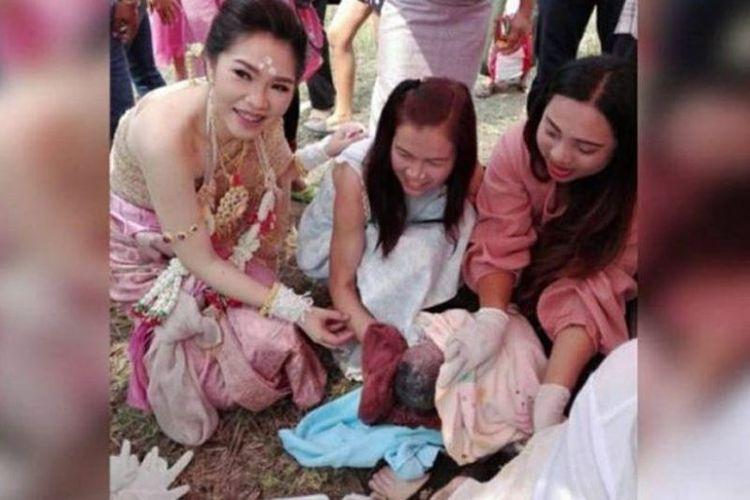 Seorang perempuan melahirkan bayi saat acara pernikahan temannya di Nakhon Ratchasima, Thailand, pada Sabtu (24/2/2018), (The Straits Times)