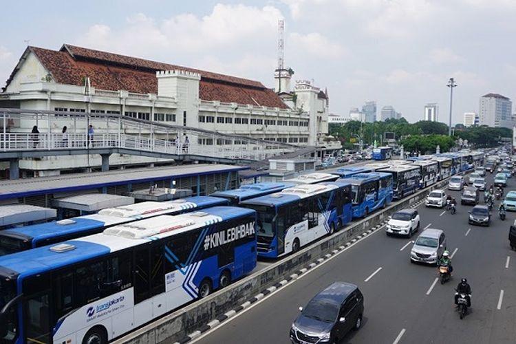 Puluhan bus transjakarta berhenti dan diparkir di sepanjang Jalan KH Hasyim Ashari, sebelum Halte Harmoni, Jakarta Barat, Senin (12/6/2017) siang.