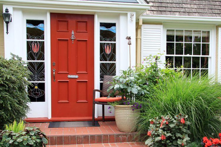 Merah adalah warna keberuntungan dalam feng shui dan juga menawarkan perlindungan dan transformasi energi negatif. Itulah mengapa memiliki pintu depan berwarna merah disarankan oleh feng shui.