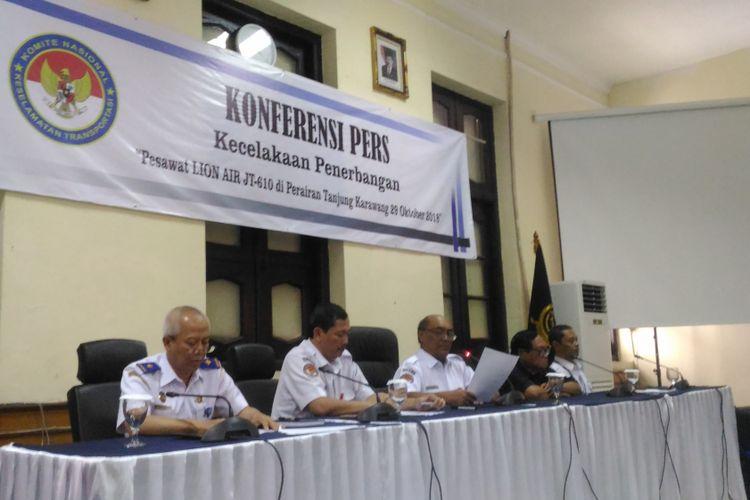Ketua KNKT Soerjanto Tjahjono (kedua dari kiri) memimpin konferensi pers tentang investigasi jatuhnya pesawat Lion Air di gedung KNKT, Rabu (7/11/2018).