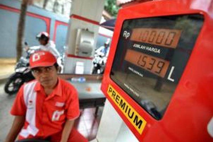 Pengendara motor mengantre di SPBU untuk mengisi bahan bakar minyak (BBM) jenis premium, di Bali, Selasa (26/8/2014).