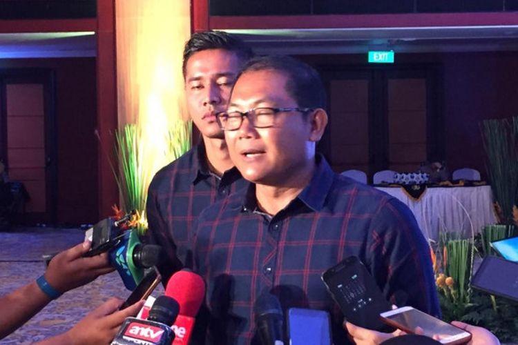 Manajer dan pemain Bhayangkara, Sumardji serta Indra Kahfi saat menjawab pertanyaan wartawan di Hotel Borobudur, Jakarta, Rabu (19/12/2018).